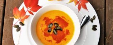 Kürbissuppe mit getrockneten Kürbiskernen